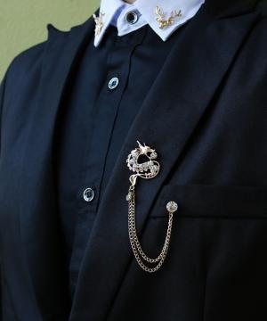 Prepracovaná pánska brošňa na šaty - zlatý drak s kryštálmi