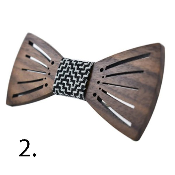 Drevený motýlik s reliéfom v ľudovom motíve v rôznych farbách