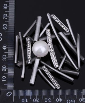 Prepracovaná brošňa pre pánov v abstraktnej kompozícii s perlou