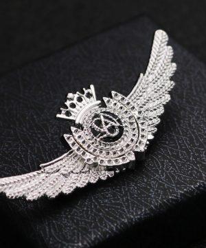 Prepracovaná pánska brošňa na šaty - krídla v striebornej farbe