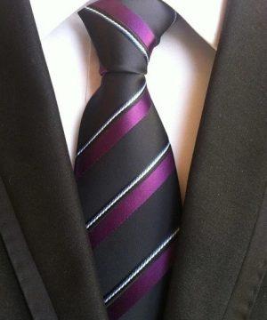 Pánska kravata v čiernej farbe s fialovými a bielymi pásikmi