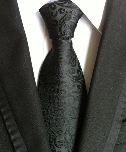 Pánska kravata v čiernej farbe s jemným reliéfnym vzorom