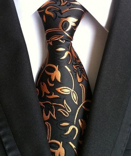 Pánska kravata v čiernej farbe s pomarančovo-zlatým vzorom