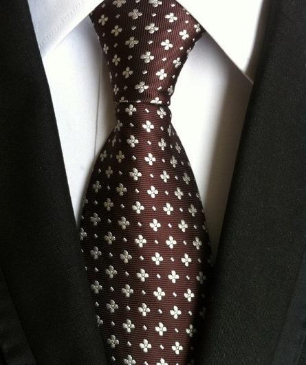 Pánska kravata v hnedej farbe s luxusným bielym vzorom
