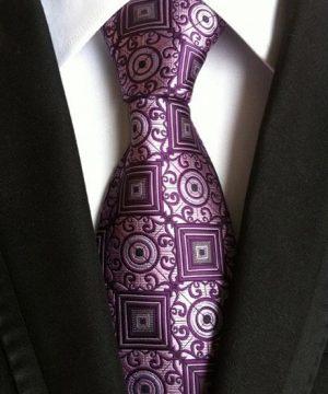 Pánska kravata v svetlo-ružovej farbe s prepracovaným fialovým vzorom