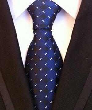 Pánska kravata v tmavo-modrej farbe so štvorčekovým vzorom