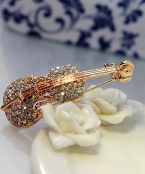 Prepracovaná brošňa - zlaté a strieborné husle s kryštálikmi