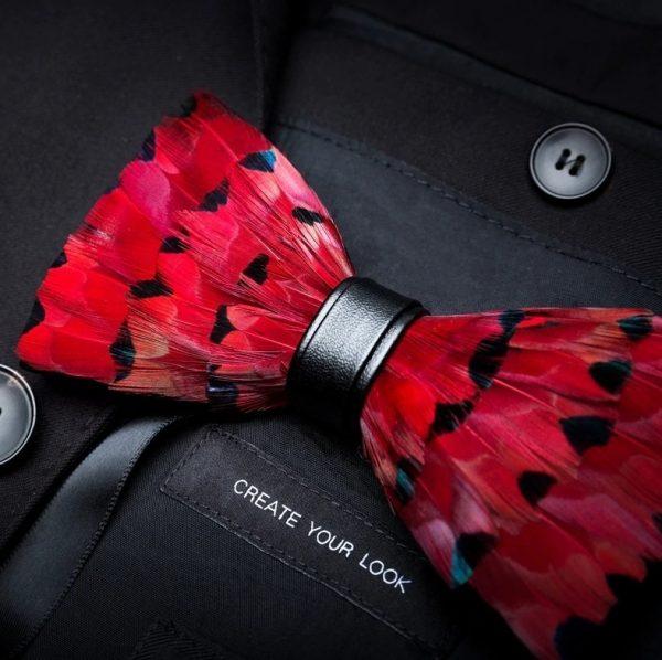 Luxusný pánsky motýlik z vtáčích pierok, červeno-čierny