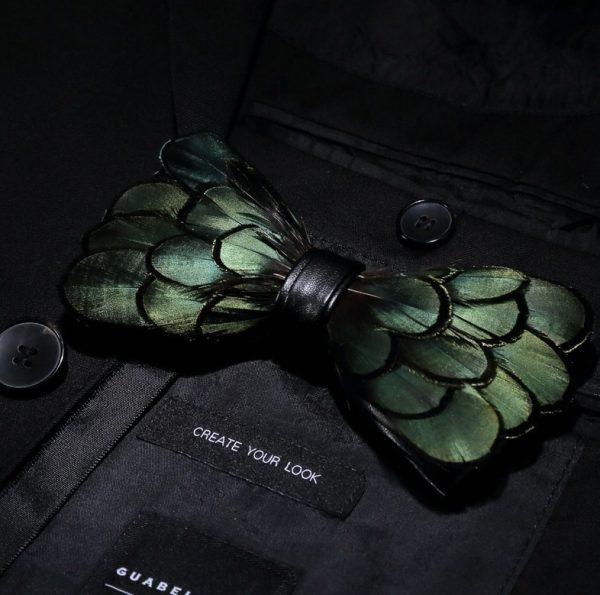 Luxusný pánsky motýlik z vtáčích pierok, čierno-zelený