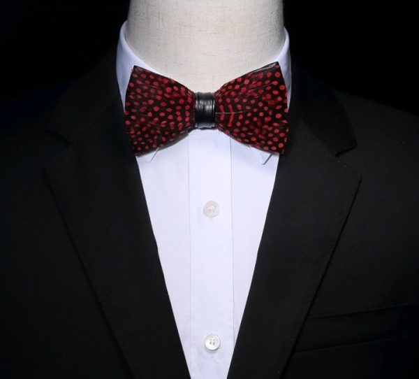 Luxusný pánsky motýlik z vtáčích pierok, čierny s červenými bodkami