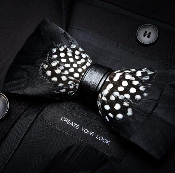 Luxusný pánsky motýlik z vtáčích pierok, čierny s bielymi bodkami