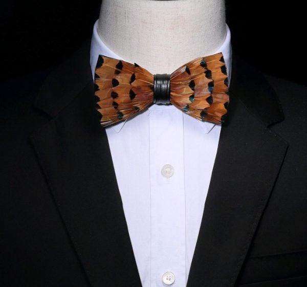 Luxusný pánsky motýlik z vtáčích pierok, pomarančovo-čierny vzor