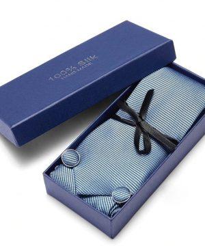 Pánsky darčekový set - kravata + manžety + vreckovka so svetlo modrým vzorom