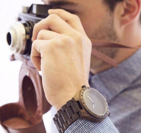 Prepracované drevené pánske hodinky z tmavého dreva
