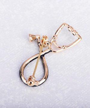 Prepracovaná smaltovaná brošňa v tvare zlatého stetoskopu