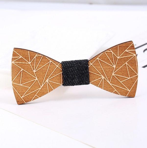 Spoločenský drevený motýlik s geometrickým reliéfnym vzorom