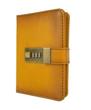Malý kožený zápisník z prírodnej kože na heslový zámok, ručne tieňovaný, žltá farba.