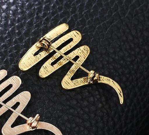 Luxusná dizajnová brošňa na oblečenie či kravatu v zlatej úprave