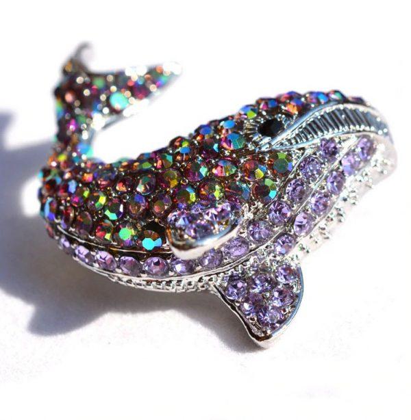 Prepracovaná brošňa na šaty v veľryby z kryštálikov