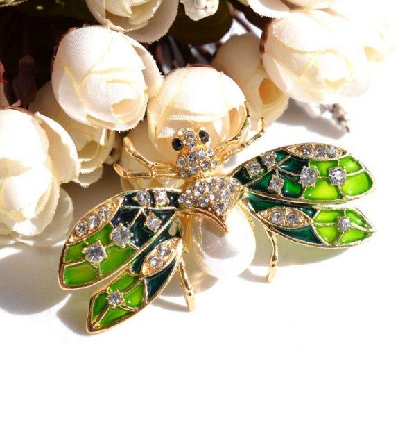 Smaltovaná brošňa na šaty s perlou v tvare letiaceho chrobáka